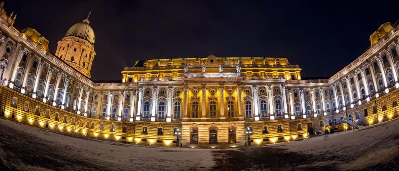 Binnenbinnenplaats van het Buda de kasteel-koninklijke Paleis bij nacht, Boedapest, Hongarije royalty-vrije stock afbeeldingen