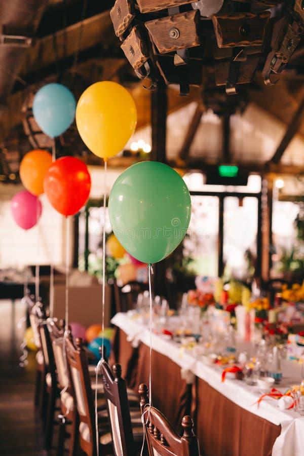 Binnendecoratie met ballons voor een verjaardagspartij stock afbeeldingen