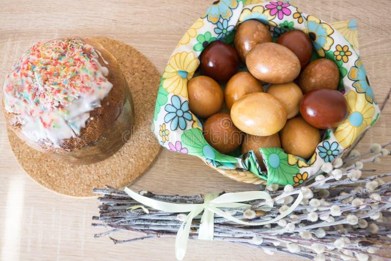 Binnendecoratie met wilg, paaskoek en geverfde eieren stock foto