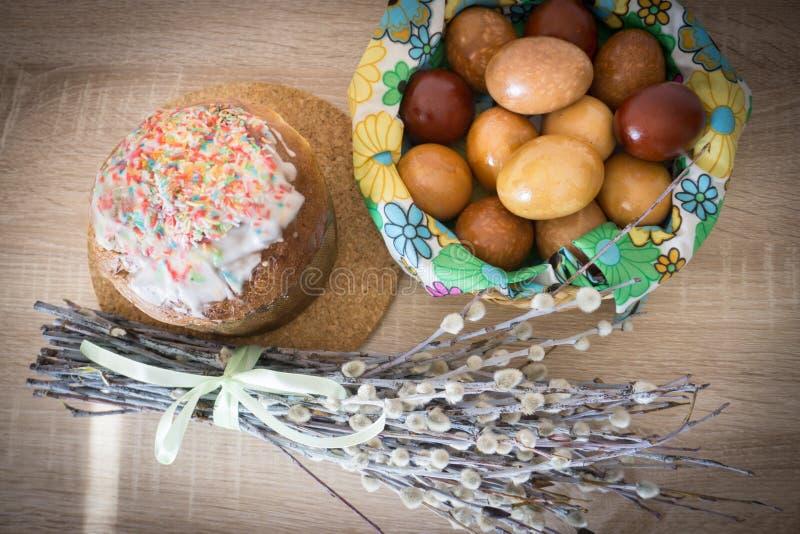 Binnendecoratie met wilg, paaskoek en geverfde eieren stock fotografie