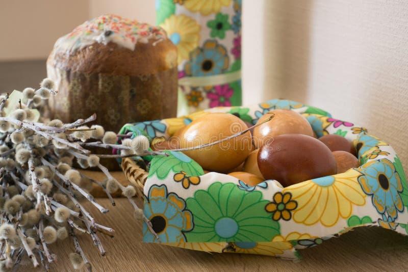 Binnendecoratie met wilg, paaskoek en geverfde eieren royalty-vrije stock afbeelding