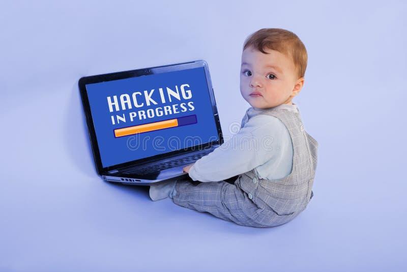 Binnendringen in een beveiligd computersysteem lopend door een baby stock afbeelding