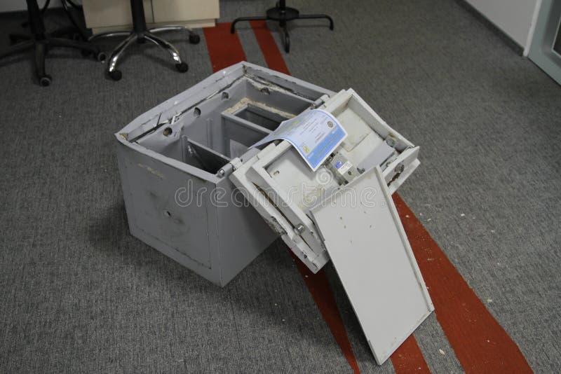 Binnendrongen in een beveiligd computersysteem brandkast in één van de bureaus van het commerciële centrum tijdens het onderzoek  stock afbeeldingen