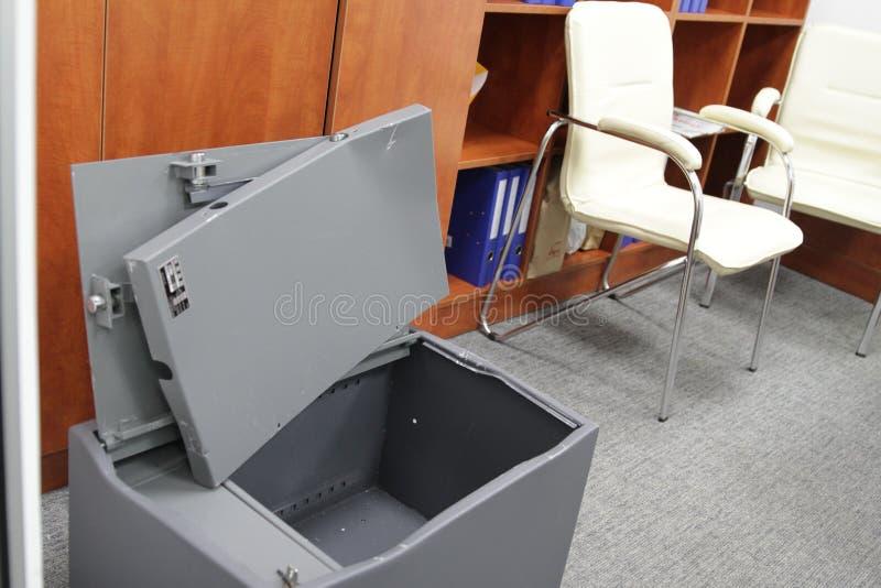Binnendrongen in een beveiligd computersysteem brandkast in één van de bureaus van het commerciële centrum tijdens het onderzoek  stock foto