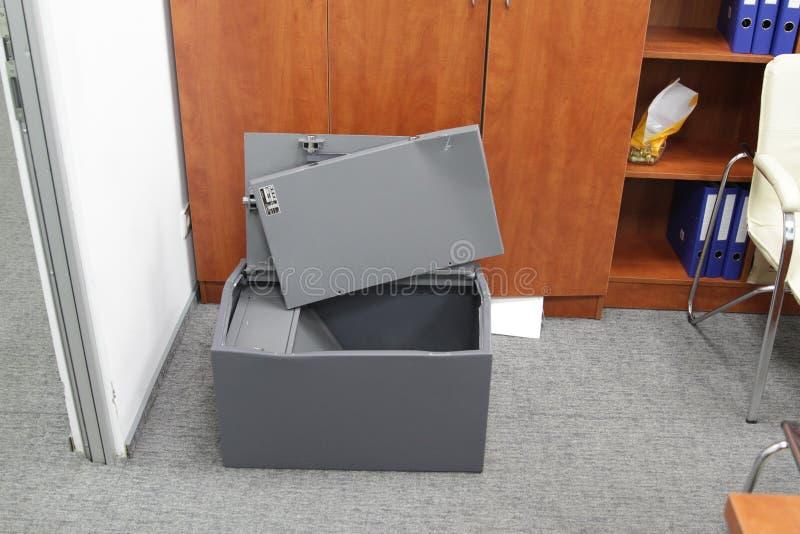 Binnendrongen in een beveiligd computersysteem brandkast in één van de bureaus van het commerciële centrum tijdens het onderzoek  royalty-vrije stock foto