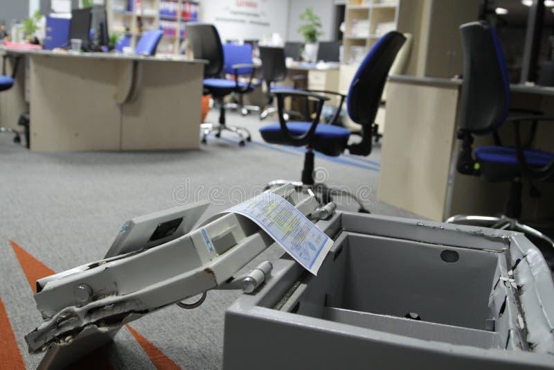 Binnendrongen in een beveiligd computersysteem brandkast in één van de bureaus van het commerciële centrum tijdens het onderzoek  royalty-vrije stock afbeelding