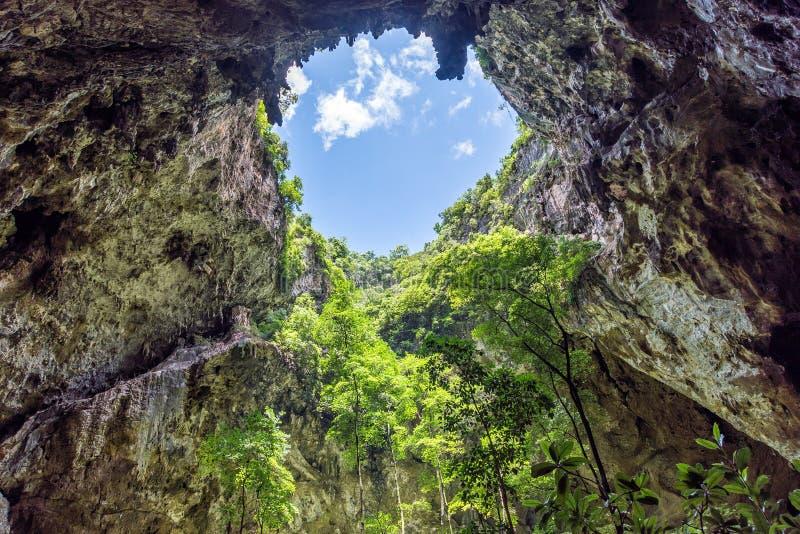 Binnenhol met zonlicht door gat op holplafond Phraya N royalty-vrije stock foto's