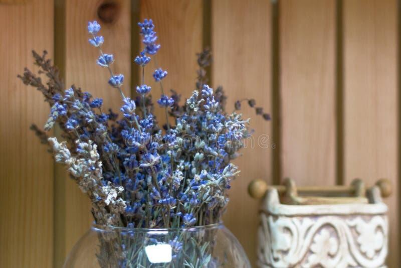 Binnenhuisarchitectuur met bloemen in de stijl van de Provence stock foto's
