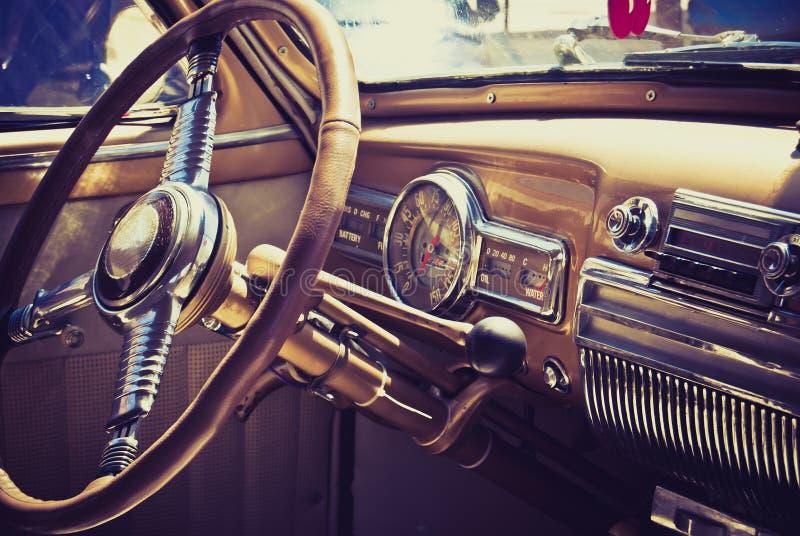 Binnenkant in een oude auto stock fotografie