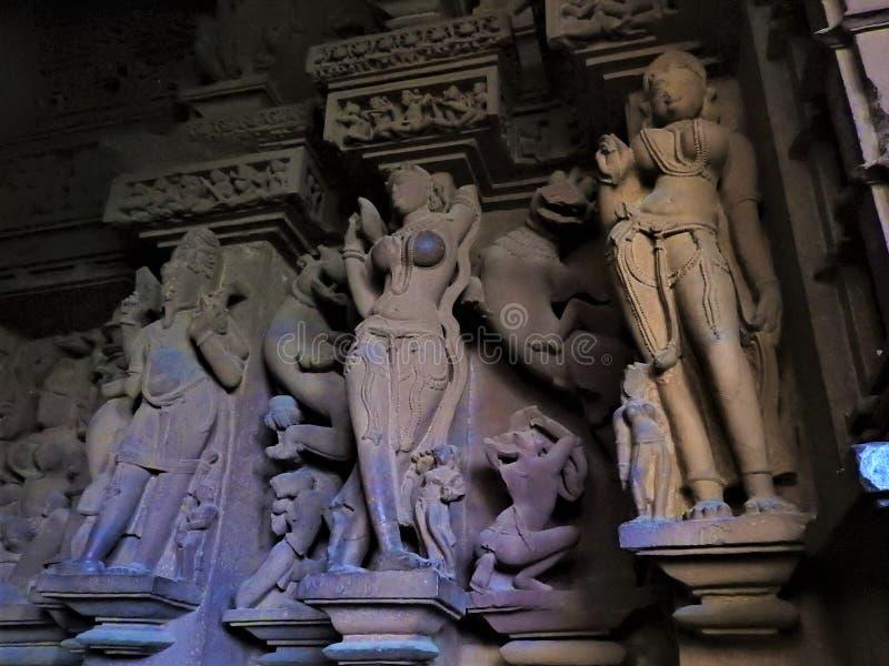 Binnenkant, op de muren van de oude Kama Sutra-tempels in India kajuraho UNESCO werelderfgoed India's meest beroemde mijlpaal stock afbeeldingen