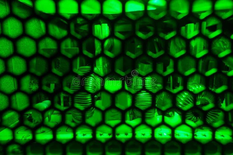 Binnenkant van de eenheid van de computervoeding in groen licht wordt aangestoken dat stock foto