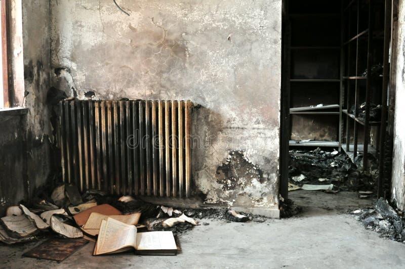 Binnenkant van een gebrand gebouw na de brand stock fotografie