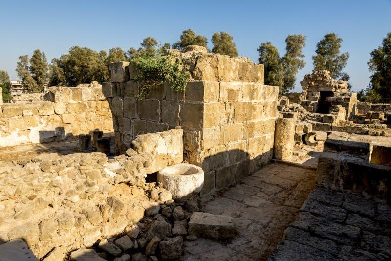 Binnenkant van het kasteelruïnes van Saranta Kolones in Paphos stock afbeeldingen