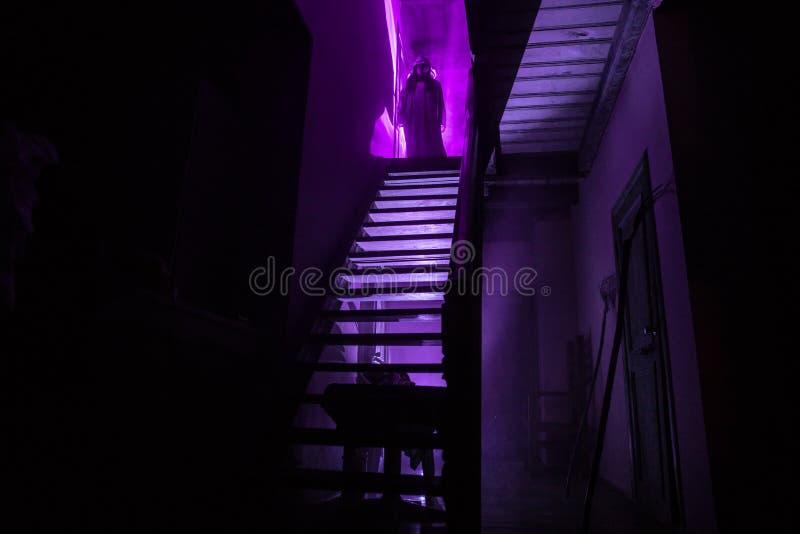 Binnenkant van oud griezelig verlaten herenhuis Silhouet die van verschrikkingsspook zich op kasteeltreden aan de kelderverdiepin royalty-vrije stock foto's