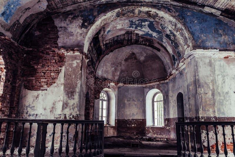 Binnenkantbinnenland van een oude Verlaten Kerk in Letland, Galgauska - het lichte Glanzen door de Vensters stock foto's