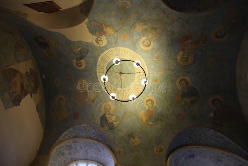 Binnenland, altaar, pictogrammen, fresko's, doopdoopvont, in de oude Russische traditionele orthodoxe kerk stock foto's
