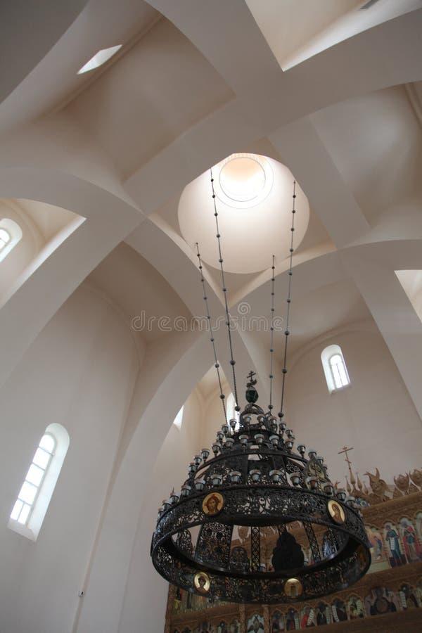 Binnenland, altaar, pictogrammen, fresko's, doopdoopvont, in de oude Russische traditionele orthodoxe kerk royalty-vrije stock afbeelding