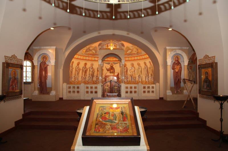 Binnenland, altaar, pictogrammen, fresko's, doopdoopvont, in de oude Russische traditionele orthodoxe kerk royalty-vrije stock fotografie