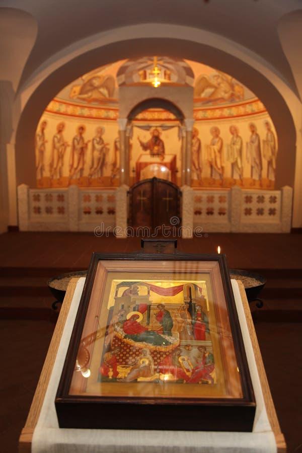 Binnenland, altaar, pictogrammen, fresko's, doopdoopvont, in de oude Russische traditionele orthodoxe kerk stock foto
