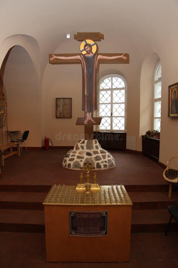 Binnenland, altaar, pictogrammen, fresko's, doopdoopvont, in de oude Russische traditionele orthodoxe kerk stock afbeelding