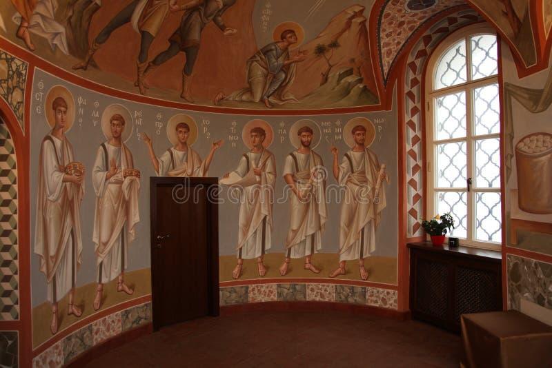 Binnenland, altaar, pictogrammen, fresko's, doopdoopvont, in de oude Russische traditionele orthodoxe kerk royalty-vrije stock foto's