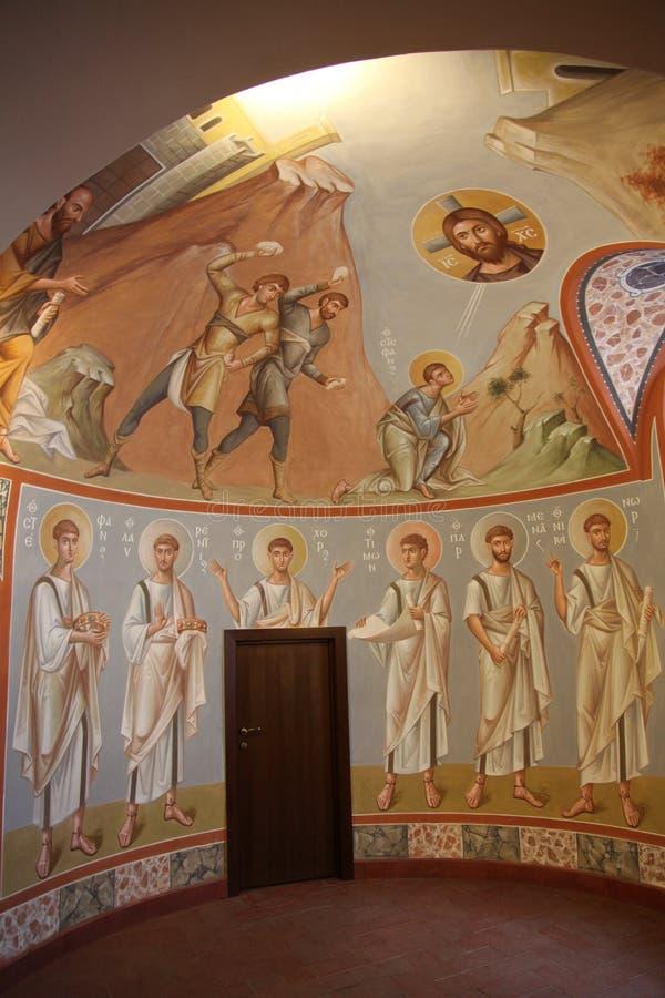Binnenland, altaar, pictogrammen, fresko's, doopdoopvont, in de oude Russische traditionele orthodoxe kerk royalty-vrije stock afbeeldingen