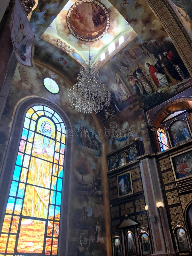 Binnenland binnen de oude orthodoxe Christelijke kerk in een Moslim Arabisch Islamitisch land met pictogrammen, gebeden, godsmuur stock foto