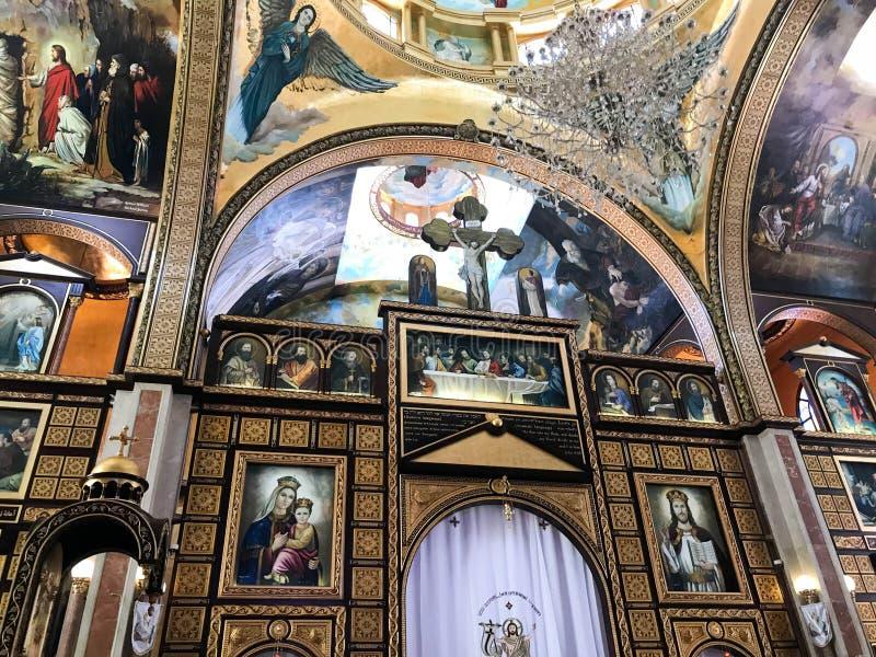 Binnenland binnen de oude orthodoxe Christelijke kerk in een Moslim Arabisch Islamitisch land met pictogrammen, gebeden, godsmuur royalty-vrije stock afbeeldingen