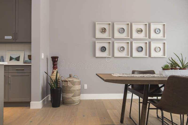 Binnenland dat van een moderne huiseetkamer wordt geschoten met kunst op de muur royalty-vrije stock fotografie