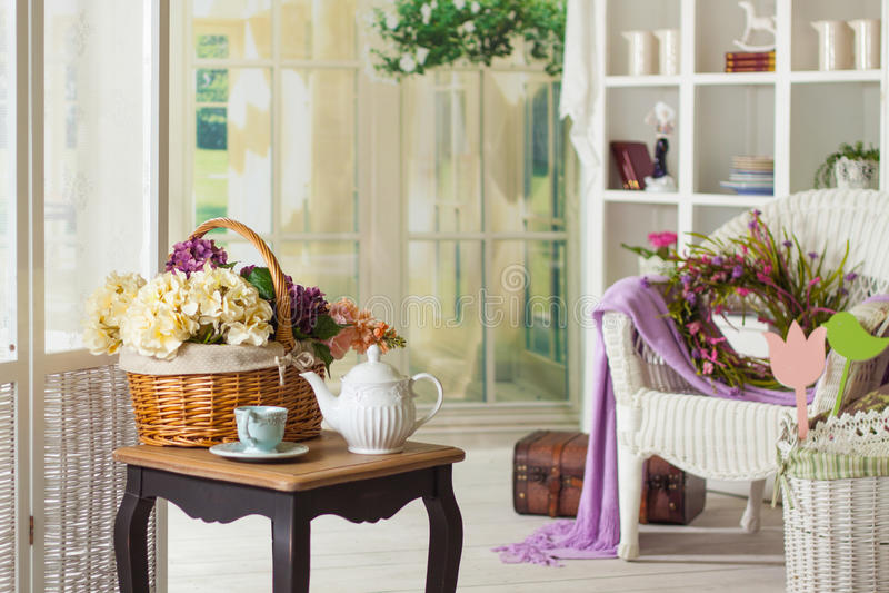 Binnenland in de Provencal-stijl: meubilair en decor stock fotografie