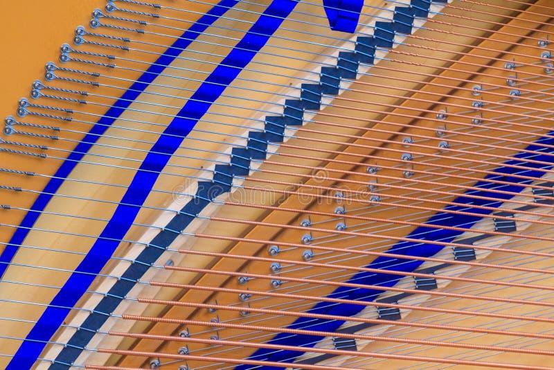 Binnenland die van grote piano koorden en structuur tonen royalty-vrije stock fotografie