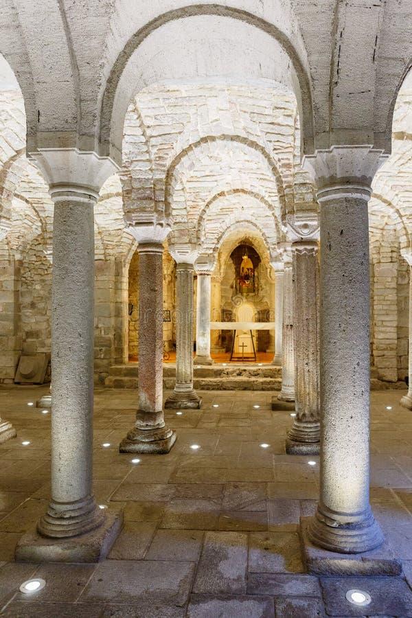 Binnenland in een ondergrondse crypt met een altaar stock afbeeldingen
