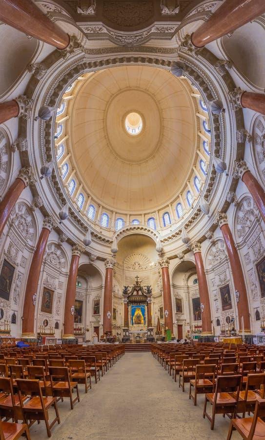 Binnenland en altaar van de beroemde Basiliek van Onze Dame van Onderstel C royalty-vrije stock afbeelding