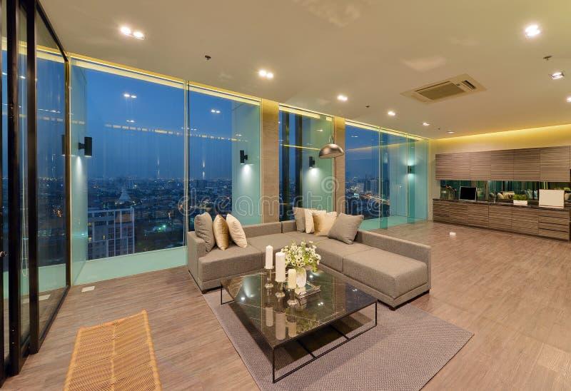 Binnenland en de decoratie van de luxe het moderne woonkamer bij nacht, inte stock afbeeldingen
