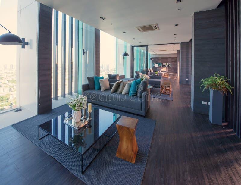 Binnenland en de decoratie van de luxe het moderne woonkamer bij nacht, inte royalty-vrije stock foto
