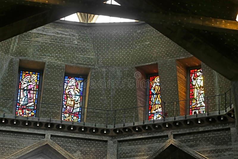 Binnenland en gebrandschilderd glasvensters in de Basiliek van de Aankondiging, Nazareth stock fotografie
