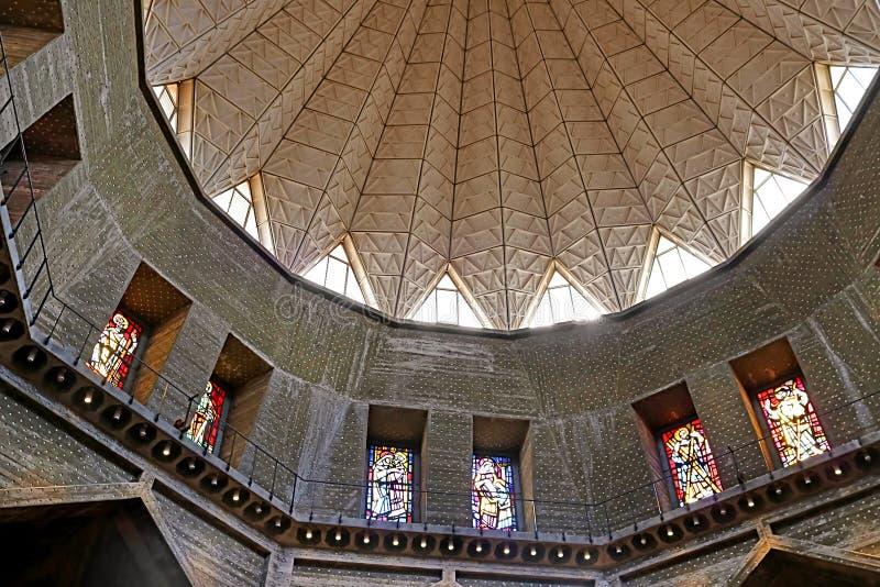 Binnenland en gebrandschilderd glasvensters in de Basiliek van de Aankondiging, Nazareth stock foto