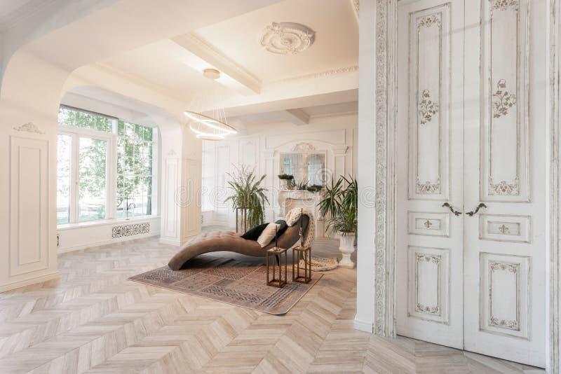 Binnenland in hotel daglicht in het binnenland en licht van elektrische lampen luxewoonkamer met parket houten vloeren stock fotografie