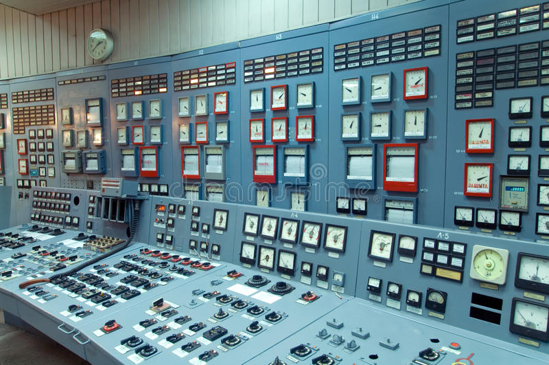 Binnenland met computers en diverse apparatuur stock afbeeldingen