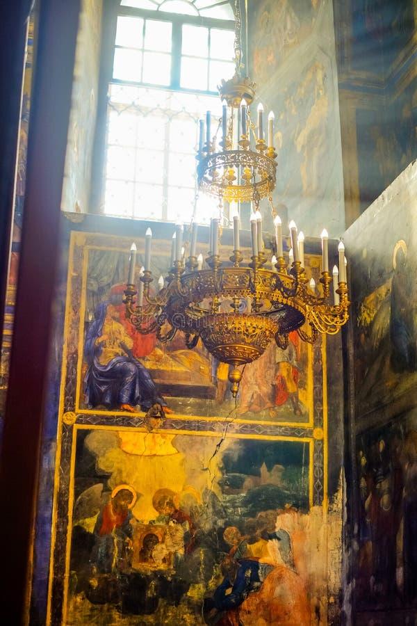 Binnenland met fresko en kroonluchter in kathedraal stock foto