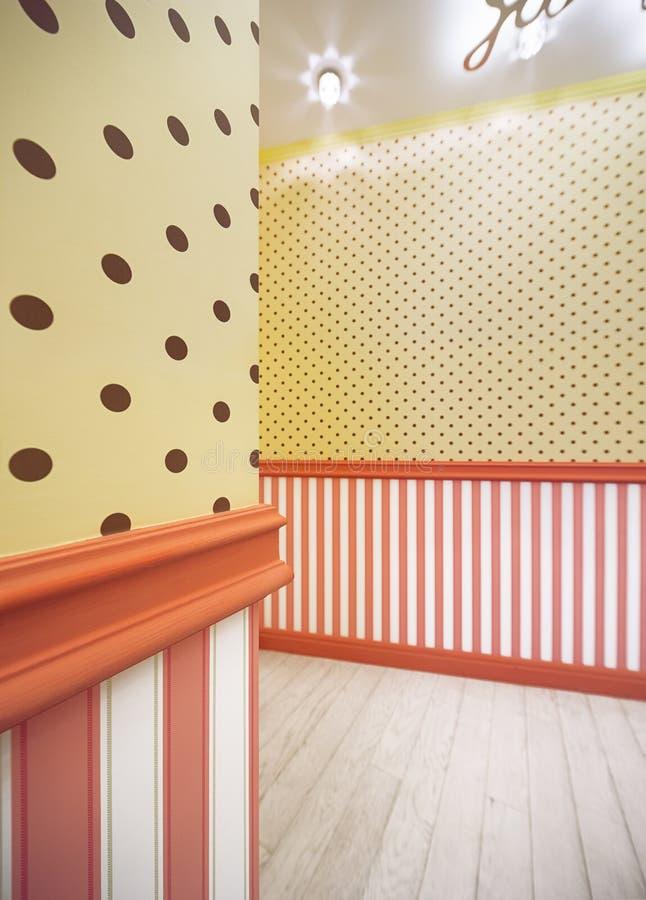 Binnenland met geel behang in bruine polka gele punten royalty-vrije stock foto