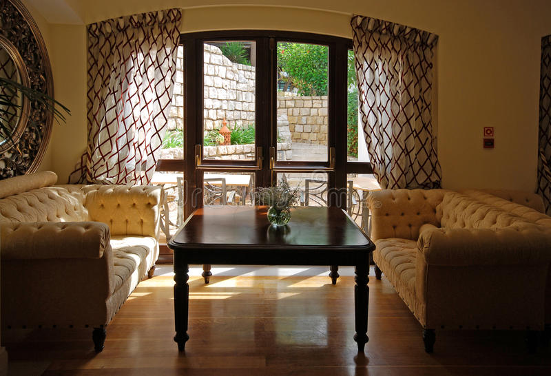 Binnenland met meubilair, spiegel en venster stock foto