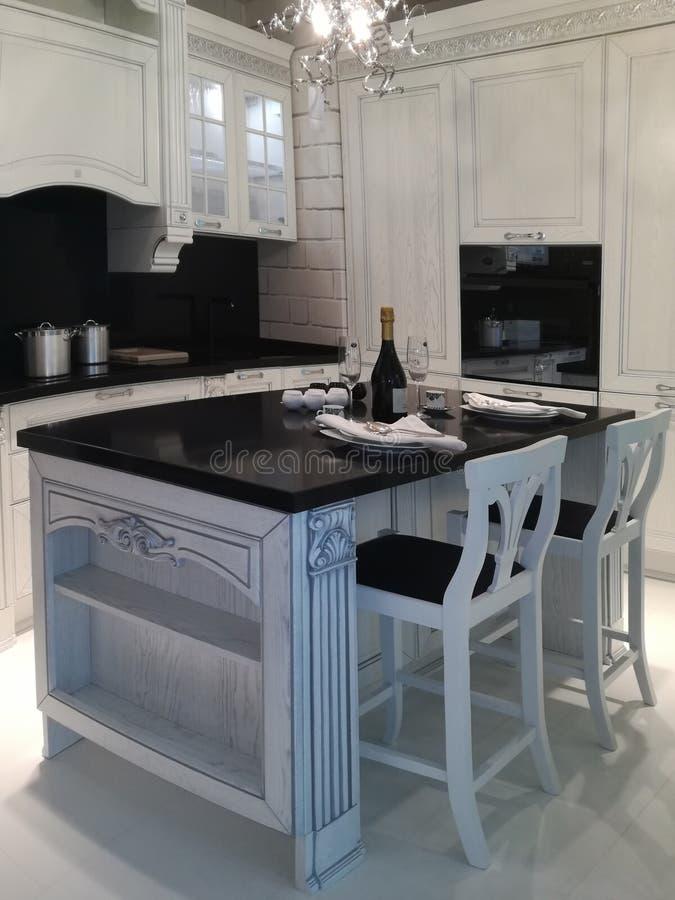 Binnenland met moderne keuken stock fotografie
