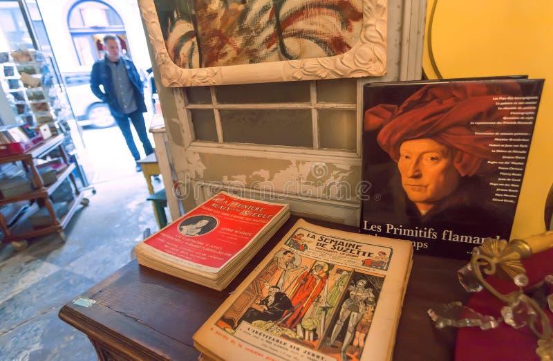 Binnenland van antieke boekhandel met grappige tijdschriften en herinneringen royalty-vrije stock fotografie