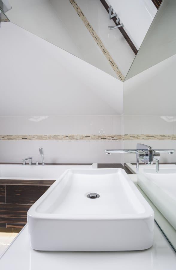 Binnenland van badkamers in de zolder royalty-vrije stock fotografie