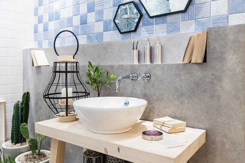 Binnenland van badkamers met de tapkraan en de spiegel van het gootsteenbassin Moderne D royalty-vrije stock foto's