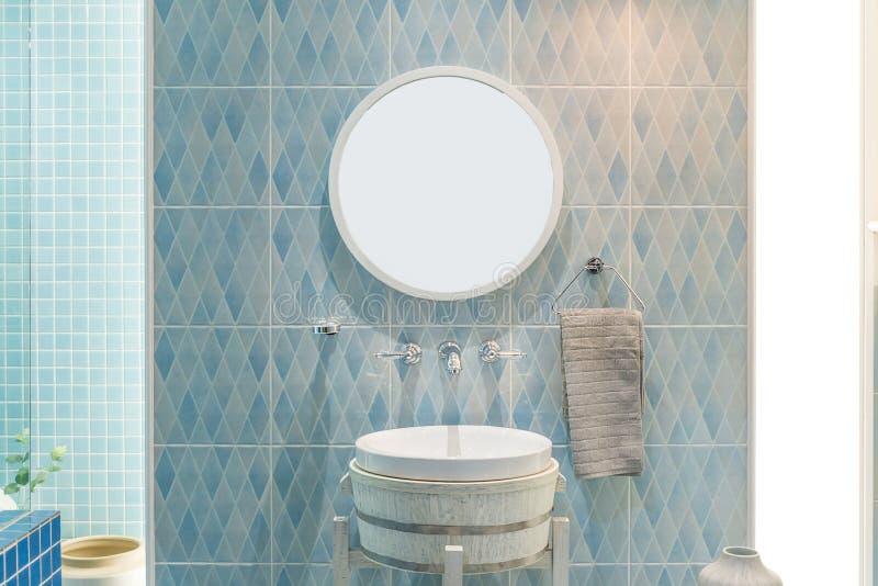 Binnenland van badkamers met de tapkraan en de spiegel van het gootsteenbassin Moderne D royalty-vrije stock afbeelding
