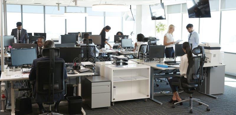 Binnenland van Bezig Modern Open Planbureau met Personeel
