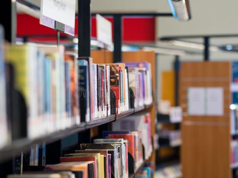 Binnenland van bibliotheek met boekenplanken stock afbeeldingen