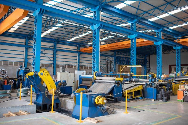 Binnenland van blauwe lege metaal productiefabriek stock afbeeldingen